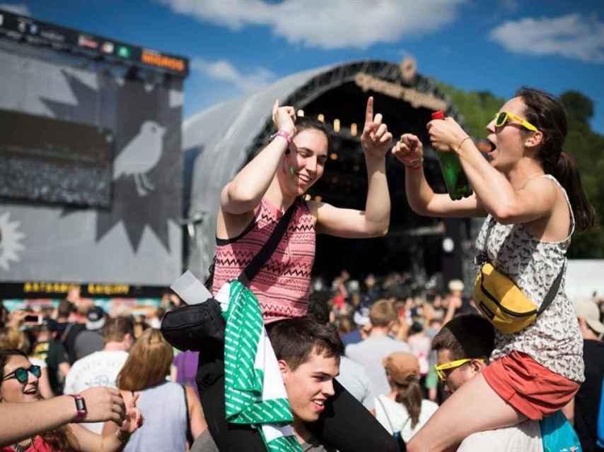 Dos jóvenes disfrutan en un festival en Suiza.