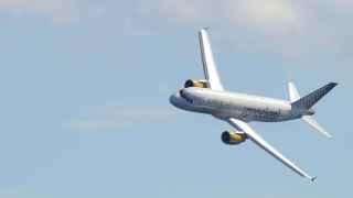 Un avión de Vueling maniobra cerca del Prat.