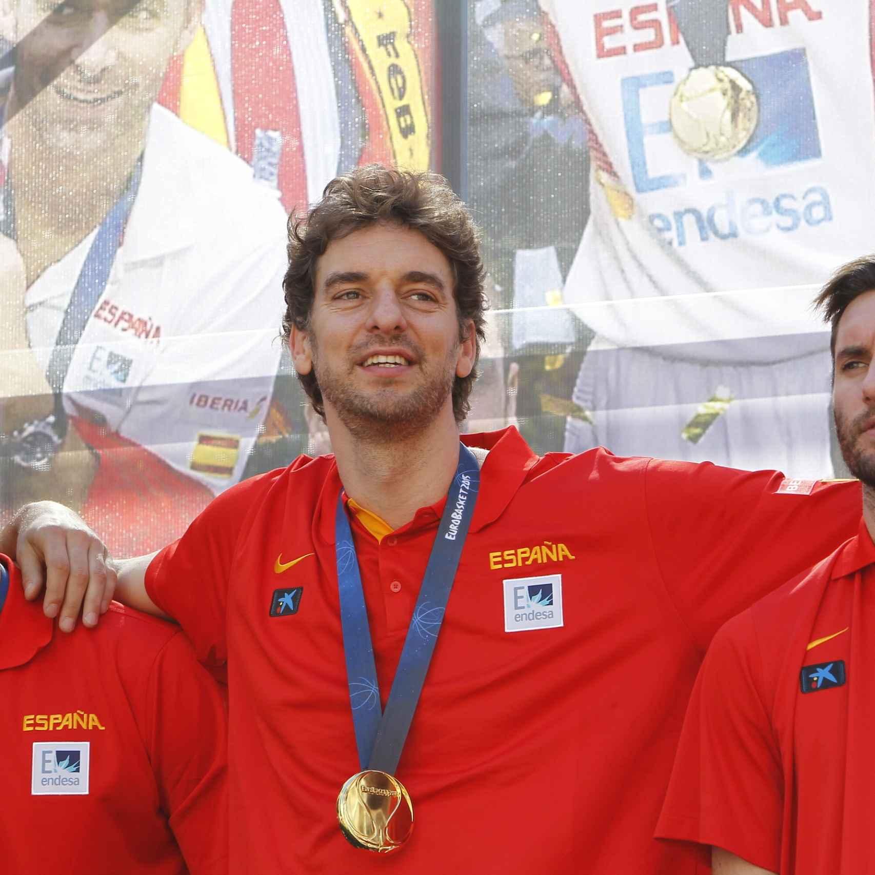 Pau Gasol, con algunos compañeros de la Selección Española de Baloncesto