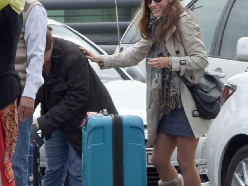 Telma Ortiz, cargada de maletas durante uno de sus viajes