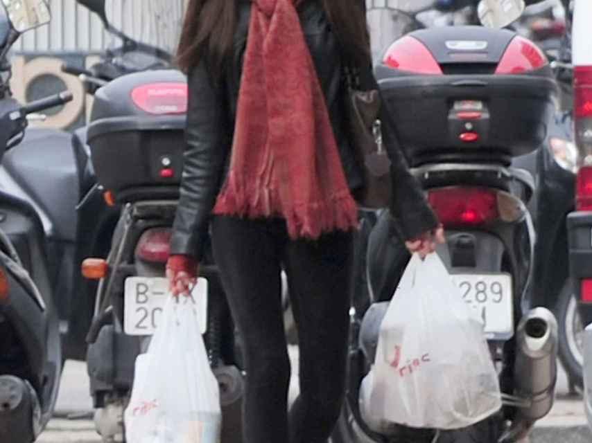 Telma Ortiz pasea por las calles de Barcelona cargada de bolsas