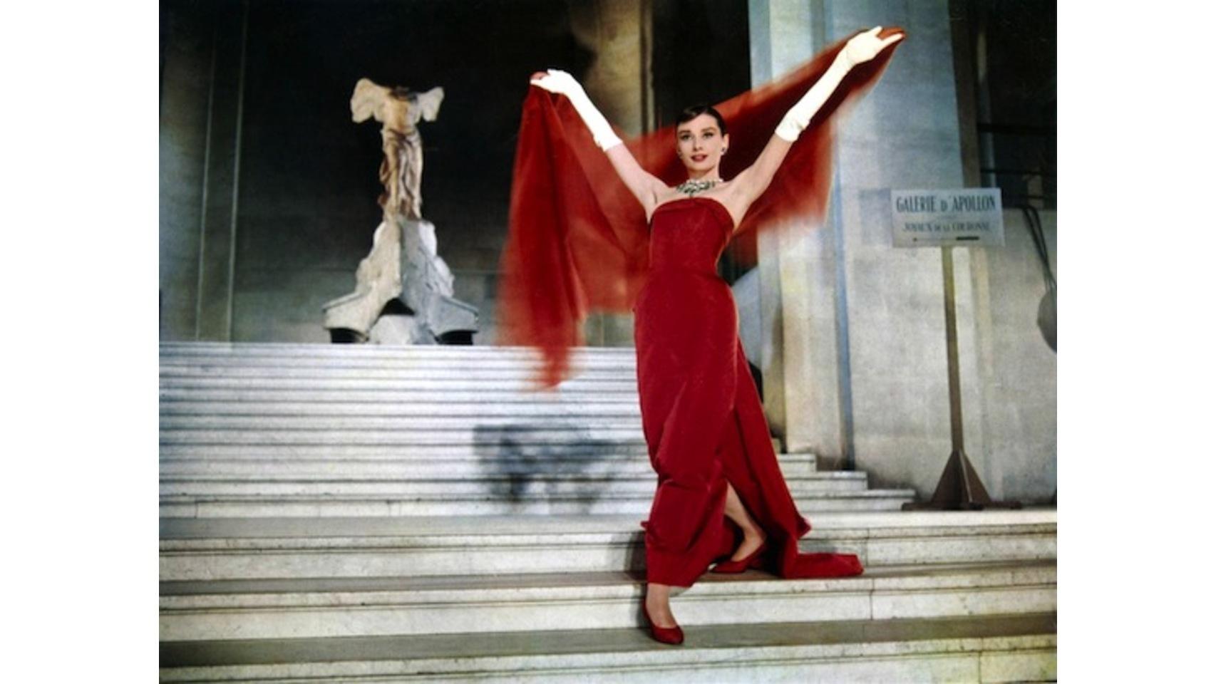 Cómo no, vestida de Givenchy. Audrey, en Una cara con ángel, de rojo, pero con unos guantes blancos.