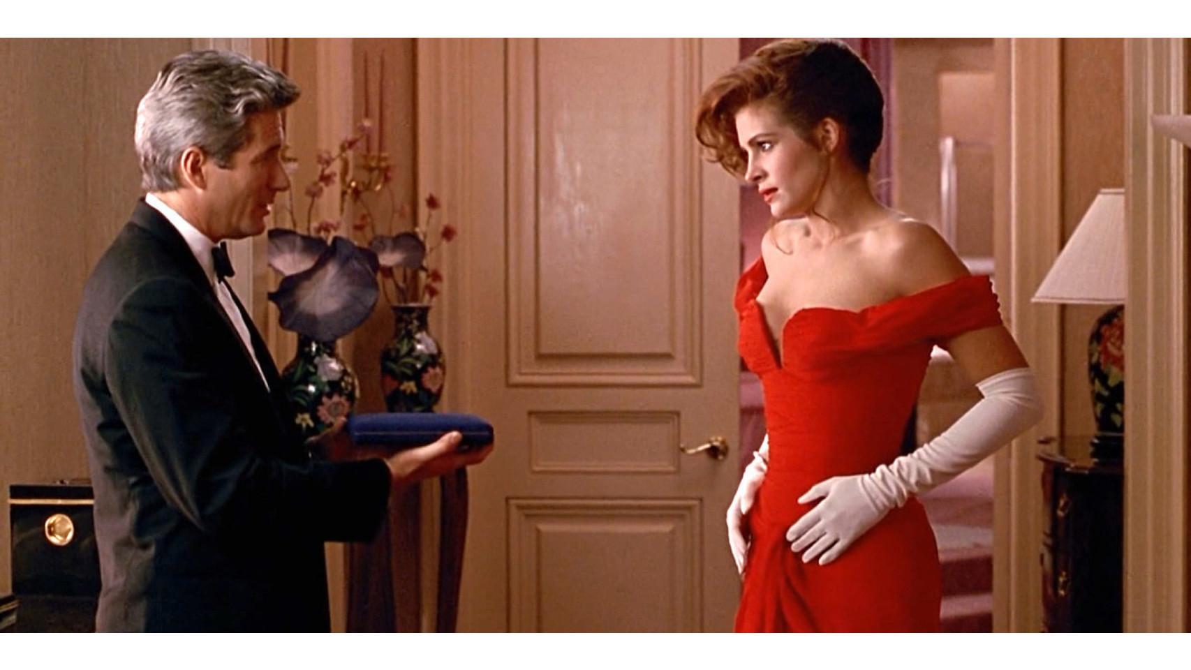 Julia Roberts se inspira en Audrey y combina también su vestido rojo con unos largos guantes de color blanco, en la película Pretty Woman.