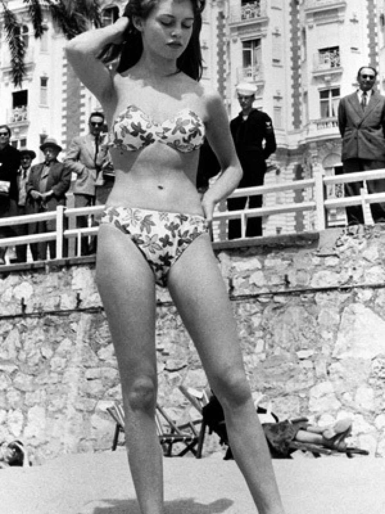 Brigitte Bardot posando en Cannes