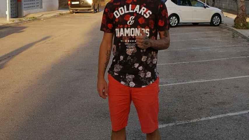 Dani Benítez, en la calle donde comenzó a jugar.