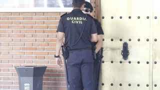 Agentes de la Guardia Civil durante el registro en Torrejón de Ardoz