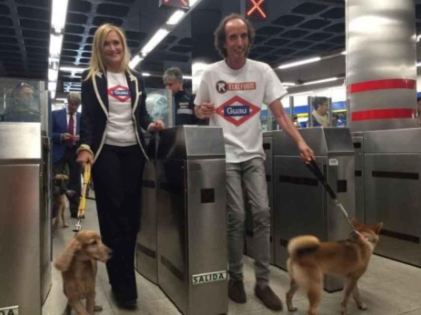 Cristina Cifuentes entra al Metro de Madrid con un perro sin bozal.
