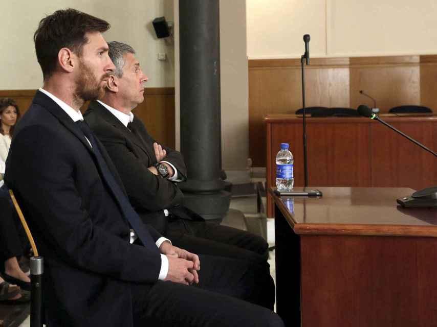 Lionel Messi y su padre, Jorge Horacio Messi, en la sala de la Audiencia de Barcelona