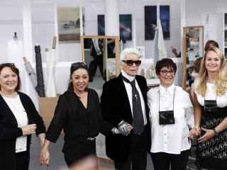 Karl Lagerfeld sale a la pasarela acompañado de sus ateliers Madame Jacqueline (izq), Madame Cecile (2º izq), Madame Josette (2º dcha) y Madame Olivia (dcha).