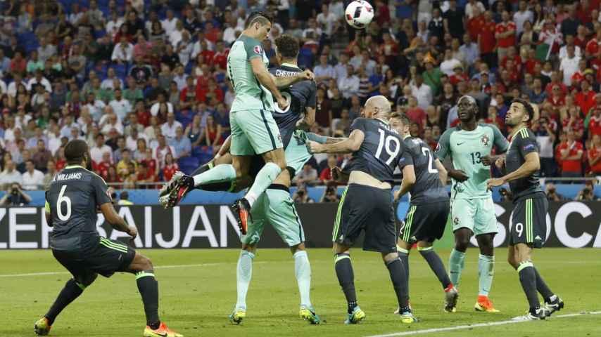 El salto de Cristiano en el gol ante Gales.