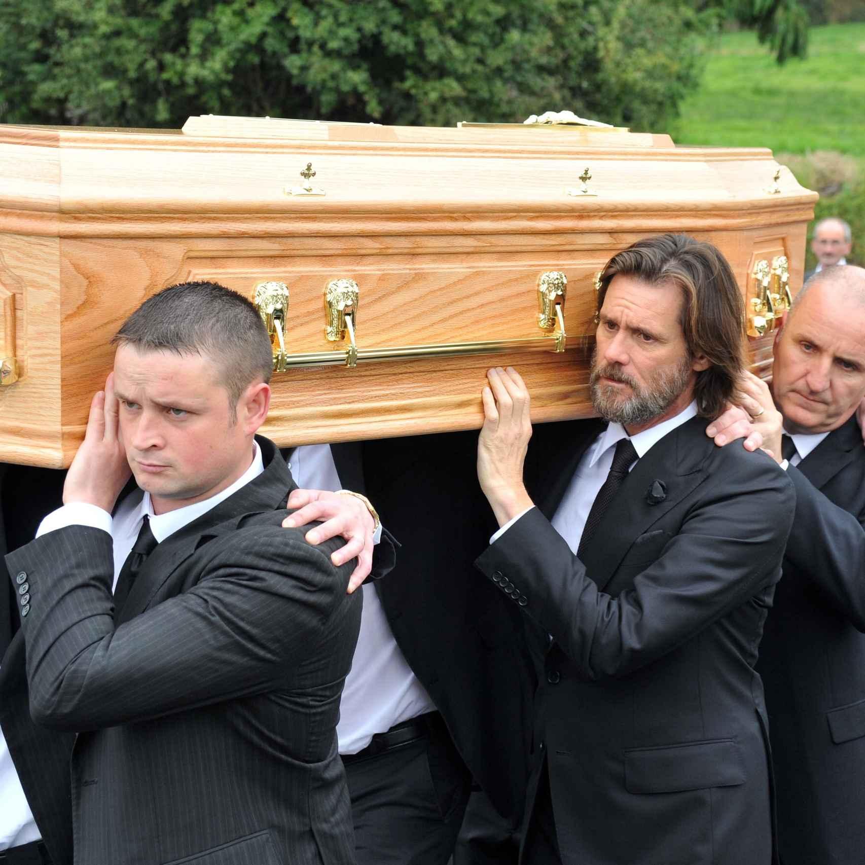 Jim Carrey porta el féretro de su exnovia durante el entierro