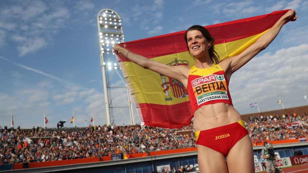 Beitia posa eufórica con la bandera de España.