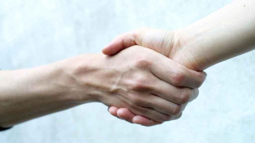Un apretón de manos en una imagen de archivo.