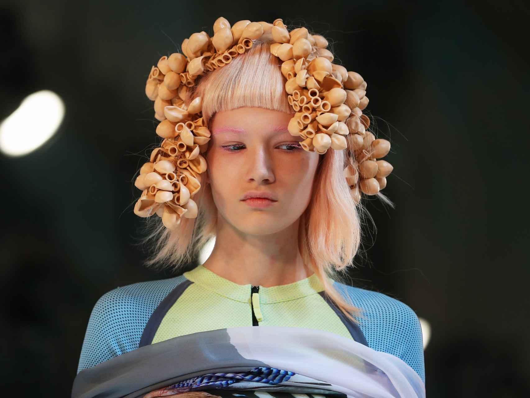 Modelo luciendo un tocado hecho con conchas a modo de tirabuzones.