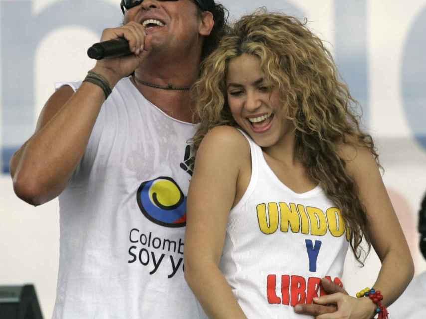 Shakira junto a Carlos Vives en un acto en Colombia
