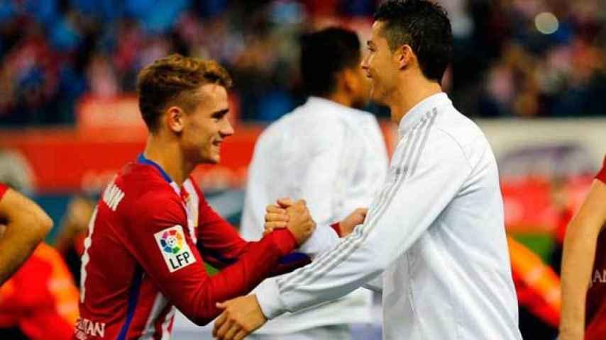 Griezmann y Cristiano se saludan en un Atlético - Real Madrid.