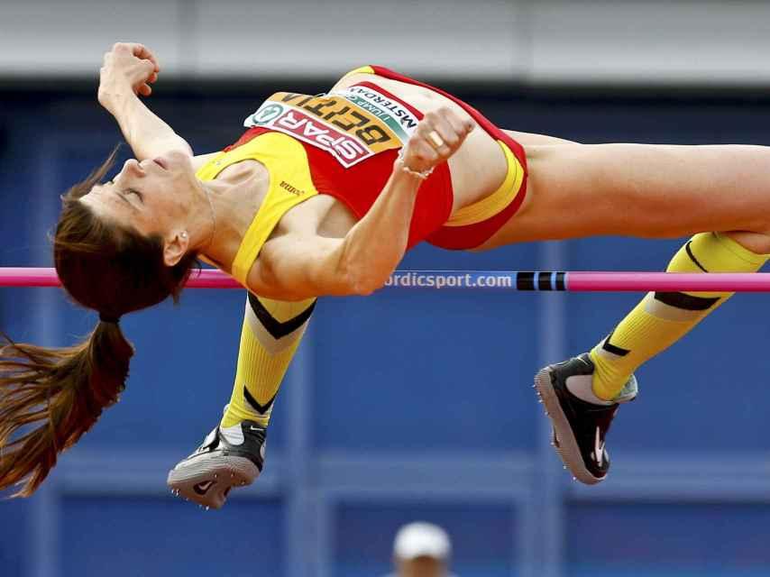 Ruth Beitia supera a la primera 1,98 metros.