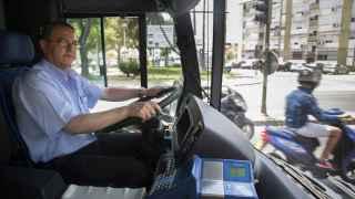 Paco Caro trabaja como conductor de autobuses urbanos en su ciudad natal, Jerez de la Frontera (Cádiz).