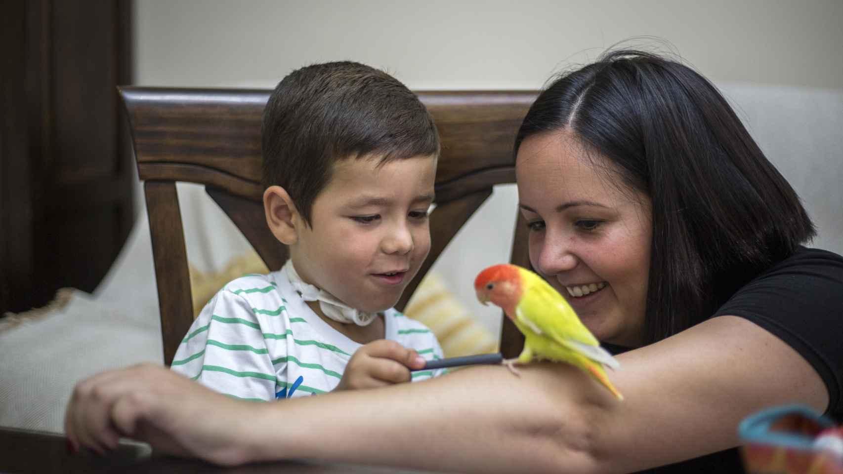 El pequeño Carlos, junto a su madre, María.
