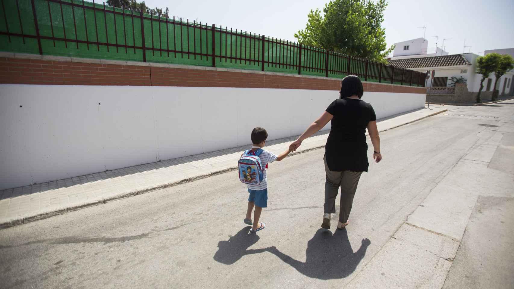 Carlos de camino al colegio junto a su madre.