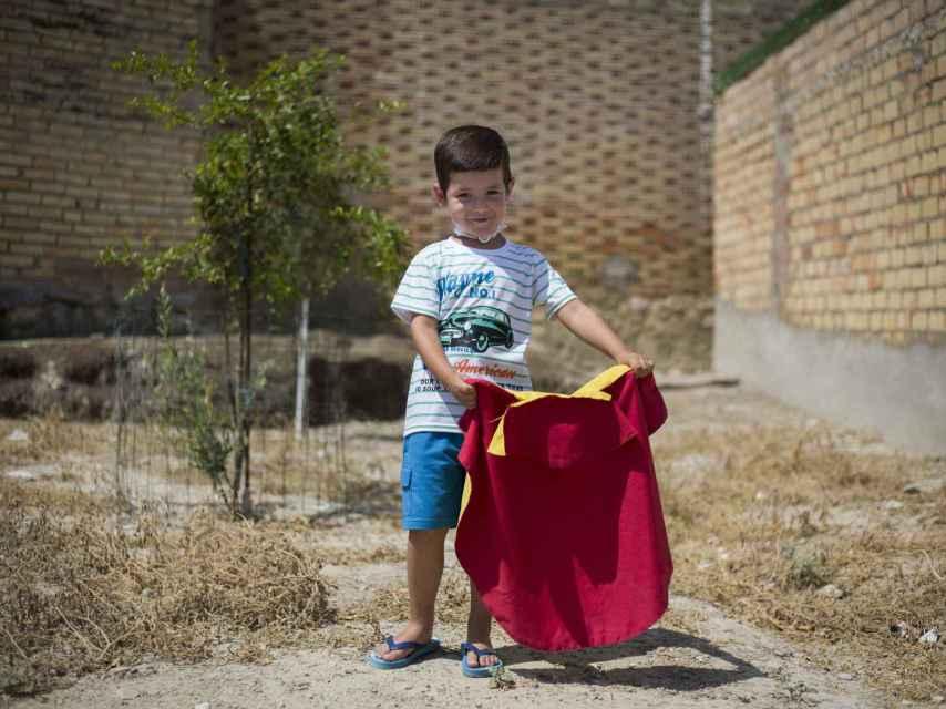 Carlos sueña con ser torero cuando sea mayor.