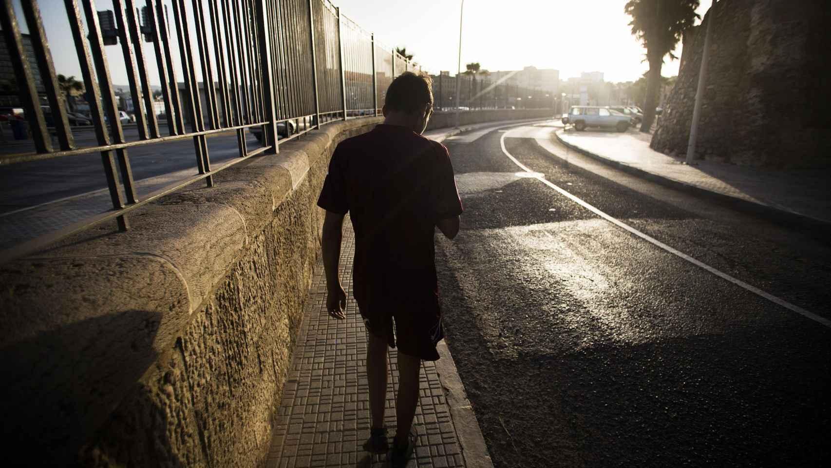 Osam, caminando por las calles de Melilla, donde es corriente ver a los niños 'huérfanos'.