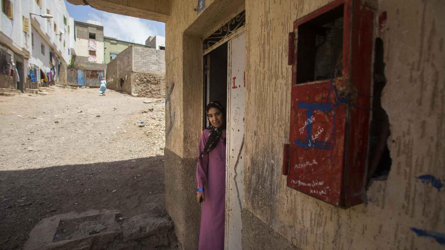 Wafa, la madre de Ilyass, en la puerta de entrada de su humilde casa.