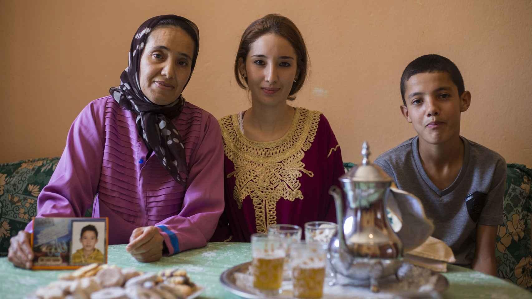 La madre de Ilyass, junto a sus otros dos hijos.