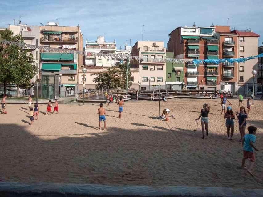 Los niños jugando en la playa artificial de La prosperidad.