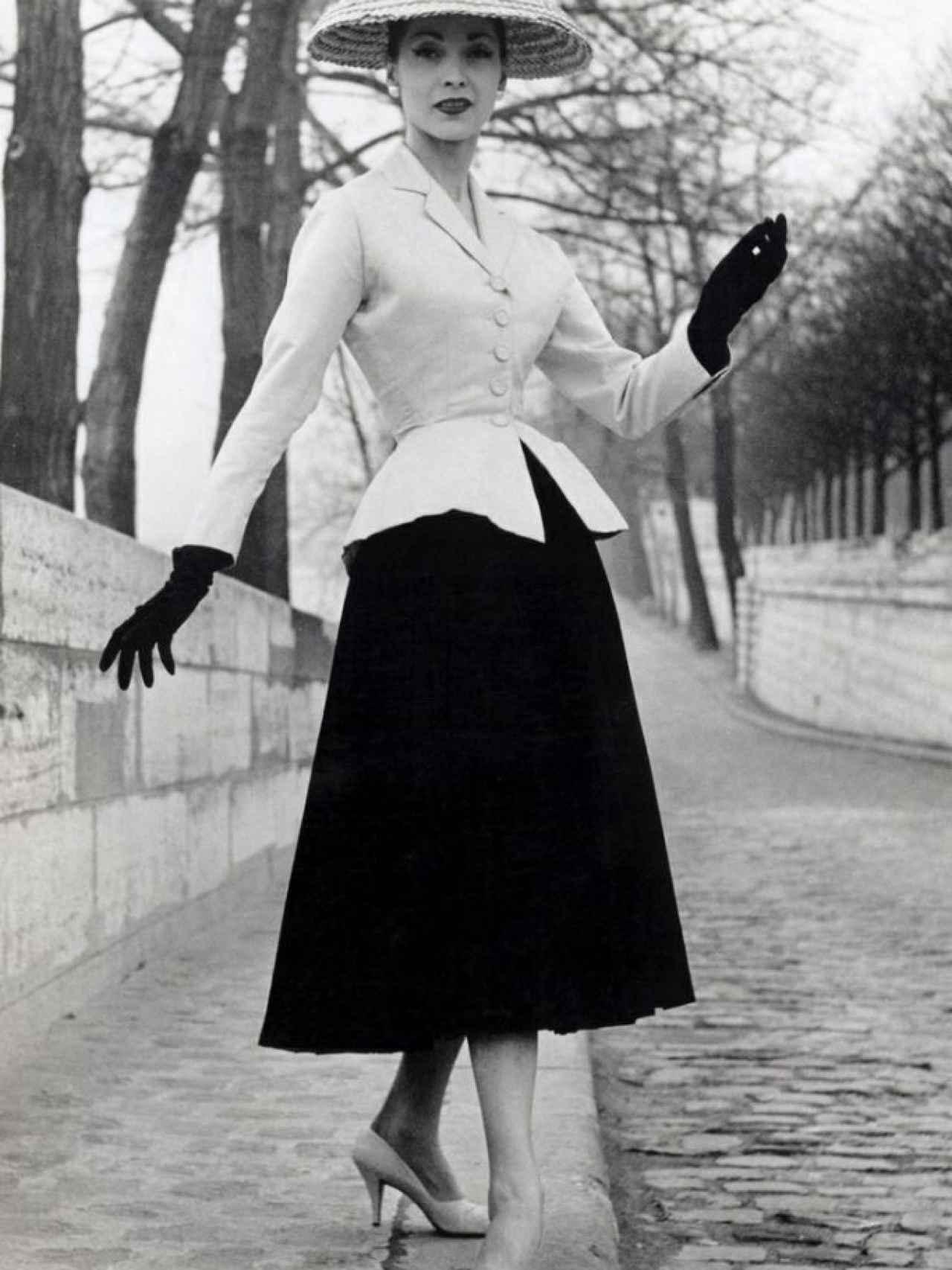 Modelo posando con el New Look de Dior.
