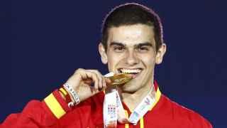 Bruno Hortelano muerde la medalla de oro.