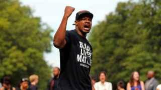 Un manifestante luce una camiseta reclamando la importancia de las vidas negras.