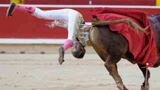 Javier Jiménez es volteado durante la lidia a su primer toro de la tarde.