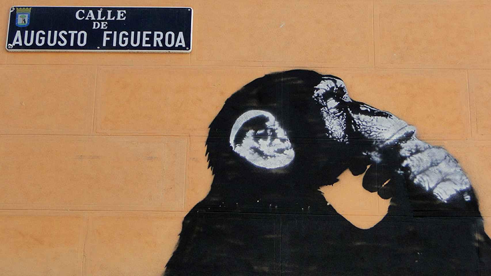 El chimpancé de ¿En qué piensan los políticos?, de Noaz, al lado del rótulo de la calle.
