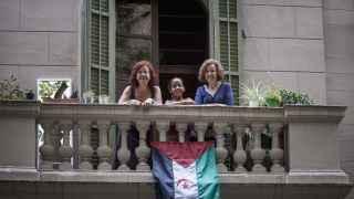 Raya Salek Kauri, junto a sus 'madres' españolas.