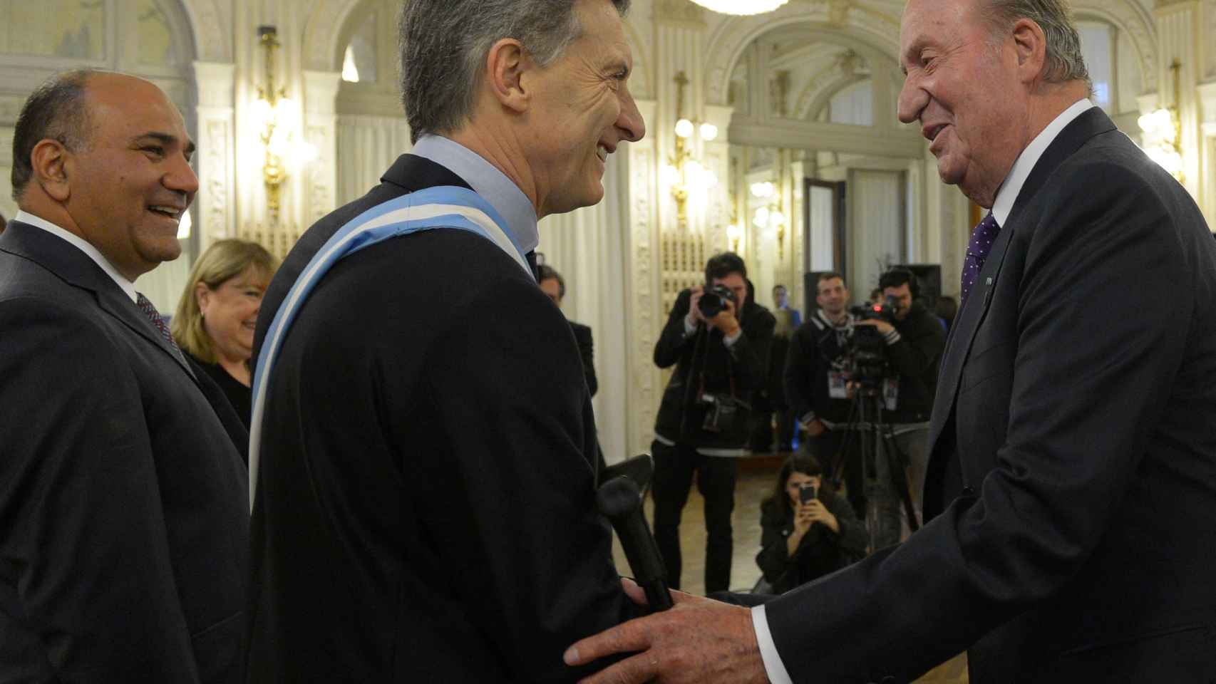 Juan Carlos con Macri en una de sus últimas apariciones en Latinoamérica.