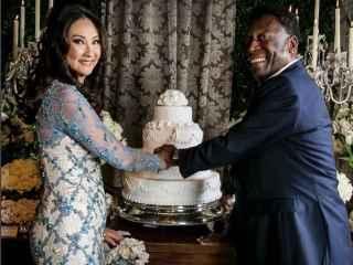 El jugador y su ya esposa, partiendo la tarta nupcial