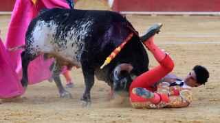 El torero Víctor Barrio en el momento de la cornada.