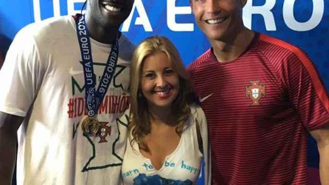 Sara Rodrigues, junto a Éder y CR7 tras la final de la Eurocopa.