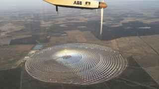 El Solar Impulse II sobrevuela la central Gemasolar.