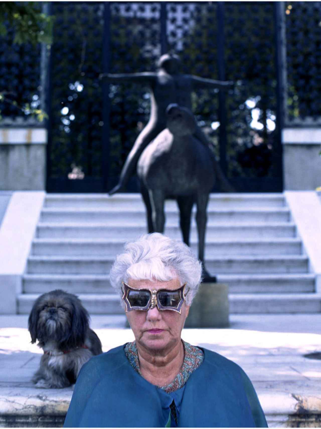 Peggy Guggenheim, con una de sus obras de arte.