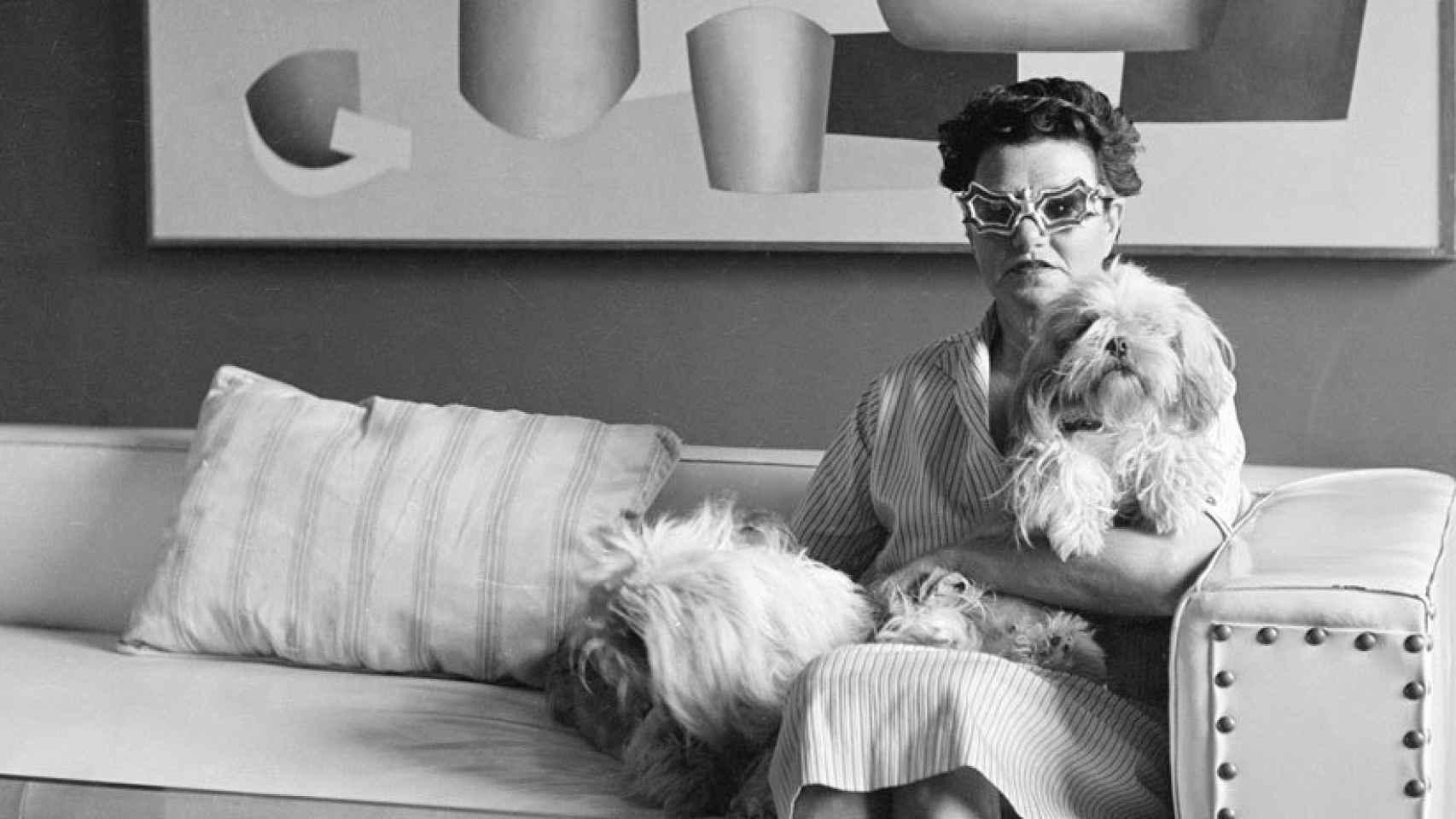 Peggy Guggenheim, en su casa, con sus perros y sus famosas gafas.