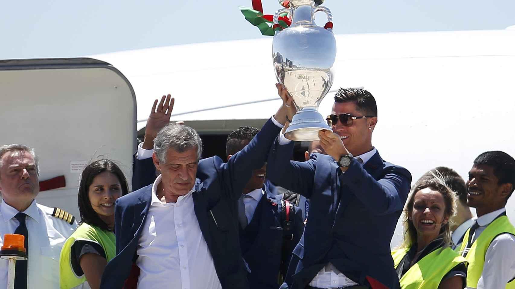 La Copa aterrizó en Lisboa en las manos de Cristiano Ronaldo, capitán, y Fernando Santos, seleccionador nacional.
