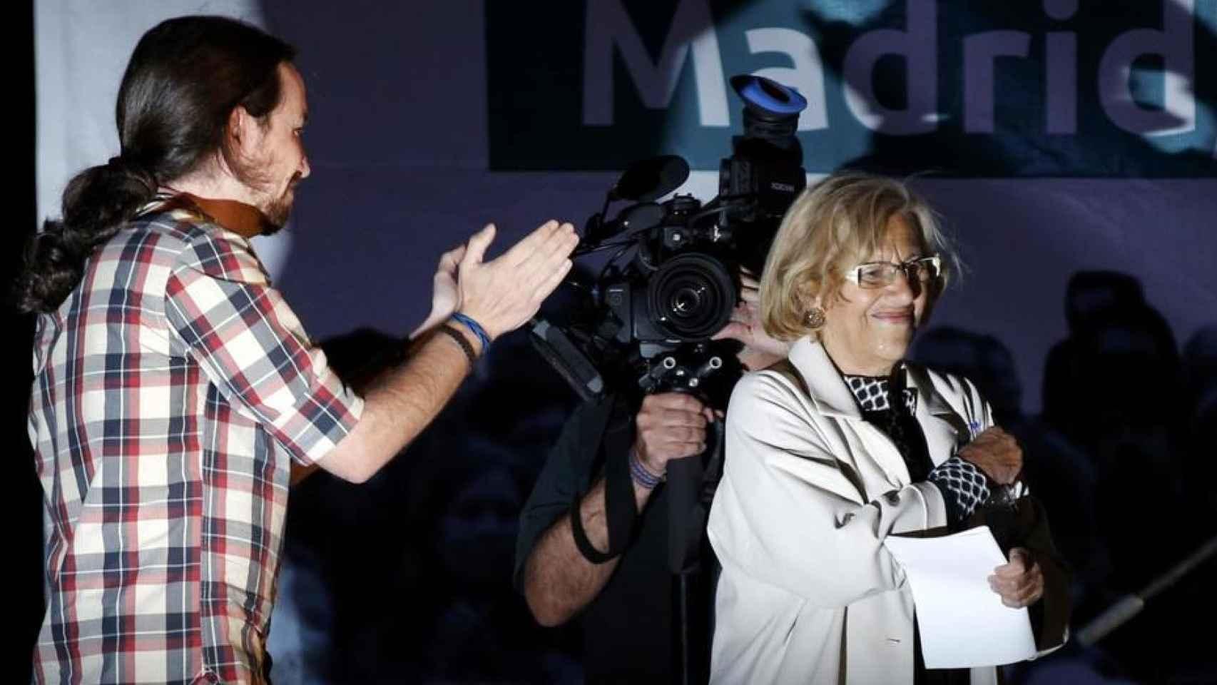 Pablo Iglesias aplaude a Manuela Carmena.