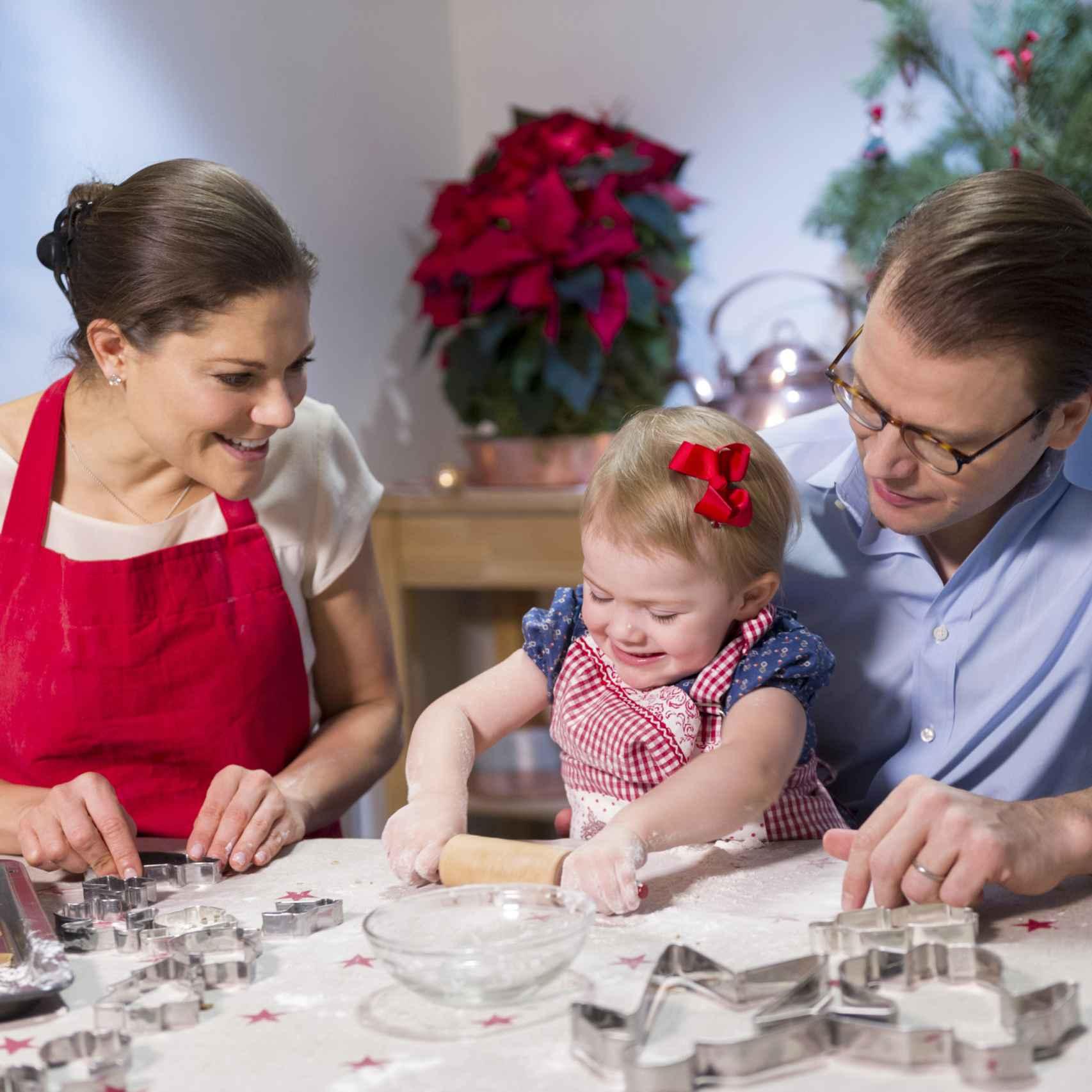 El matrimonio con Estelle, la hija mayor, haciendo galletas durante unas navidades.