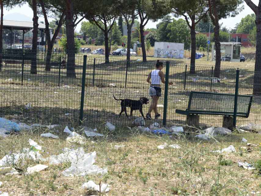 Españoles voluntarios en Tor Bella Monaca dicen que sus vecinos están abandonados.