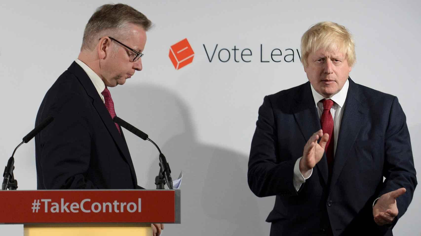 Boris Johnson aplaude una intervención de Michael Gove, Secretario de Justicia.