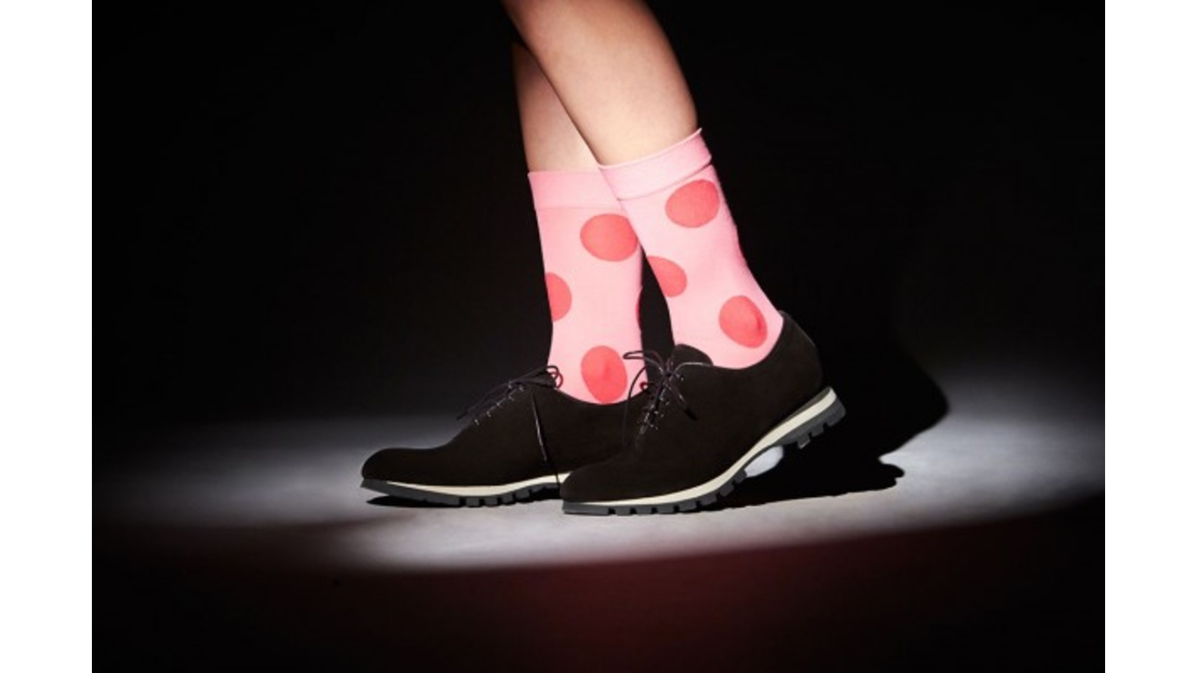 Manolo Blahnik, para el verano del año pasado, diseñó calcetines específicos para utilizar con el calzado veraniego. Aquí, con unos zapatos bajos de ante.