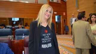 Cristina Cifuentes con la camiseta que ha lucido hoy en un acto en Madrid.