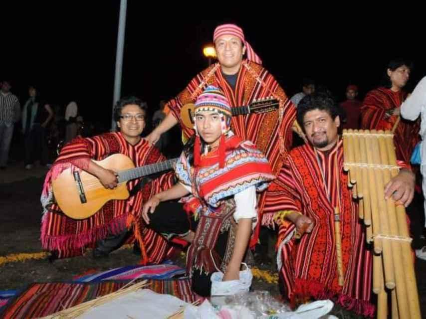 Germán Buenaño junto a su grupo de música peruana.